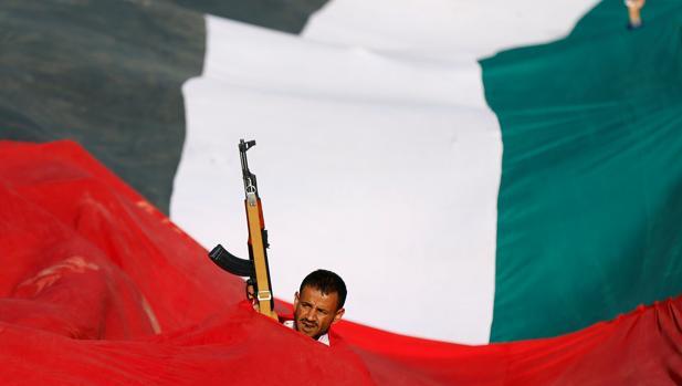 Un rebelde yemení hutí en Saná en una manifestación en favor de los palestinos