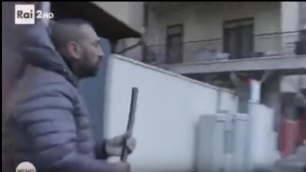 Brutal cabezazo del hermano de un capo mafioso a un reportero de la RAI