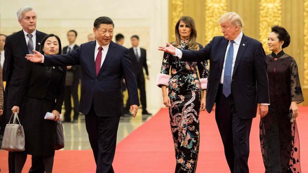 El presidente de EE. UU. Donald Trump hace un gesto hacia el presidente de China, Xi Jinping
