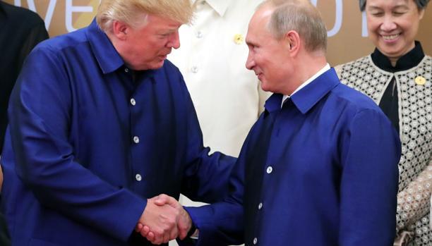 Trump y Putin intercambian un breve saludo en la cumbre de la APEC, en Vietnam