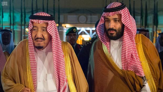 Mohamed bin Salman con su padre, el rey Salman, el pasado jueves en Riad