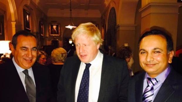 """Boris Johnson, en uan cena el """"profesor de Londres», Joseph Mifsud (izquierda)"""