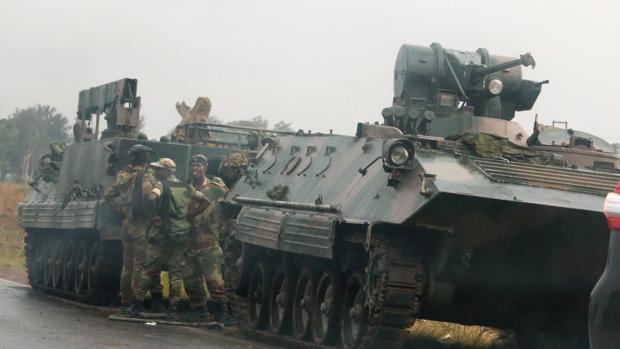 El Ejército de Zimbabue asegura que actúa contra «criminales» y niega un golpe de Estado militar contra Mugabe