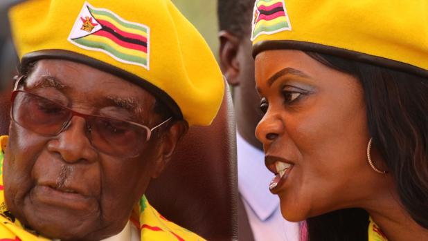 Grace Mugabe habla a su marido durante un acto político de su partido, ZANU(PF), el pasado 8 de noviembre