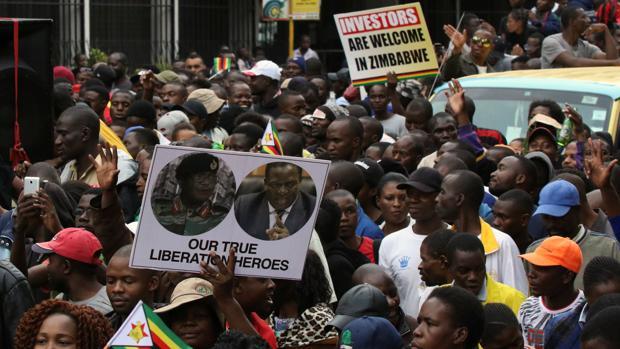 Miles de zimbabuenses piden la dimisión del Presidente Mugabe