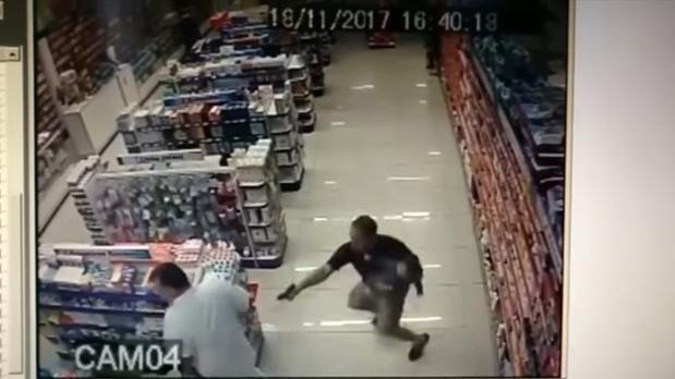 Un policía brasileño fuera de servicio dispara y mata a dos ladrones mientras sostiene a su bebé en brazos