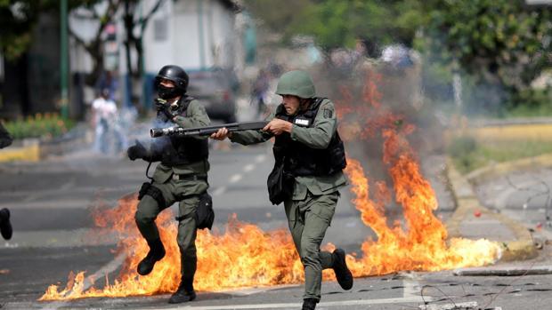 La Policía Nacional Bolivariana interviene en unos enfrentamientos en Venezuela, en una imagen de archivo