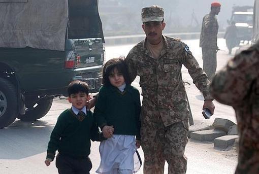 Miembros del Ejército rescatan a los niños del interior de la escuela