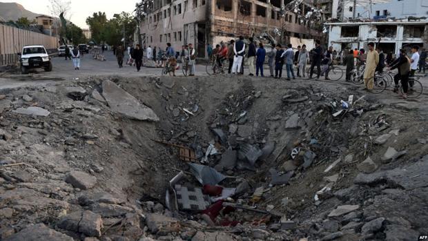 Socavón que dejó el camión bomba al explotar en Kabul El atentado provocó 150 muertos