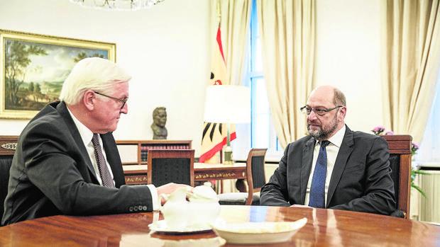 El presidente alemán, Steinmeier (iz), habla ayer con Schulz en Berlín