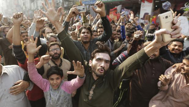Un policía muerto y 190 heridos en el desalojo de una acampada de islamistas en Pakistán