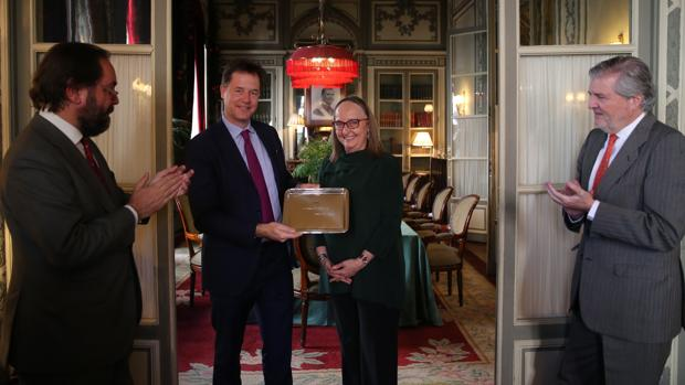 Nick Clegg recibe en Madrid el XIV Premio Otto de Habsburgo, que otorga el Comité Español de la Unión Paneuropea, rodeado del presidente de la organización y adjunto al director de ABC, Ramón Pérez-Maura (izquierda), la archiduquesa Mónika de Habsburgo-Lorena y el ministro de Educación y portavoz del Gobierno, Íñigo Méndez de Vigo