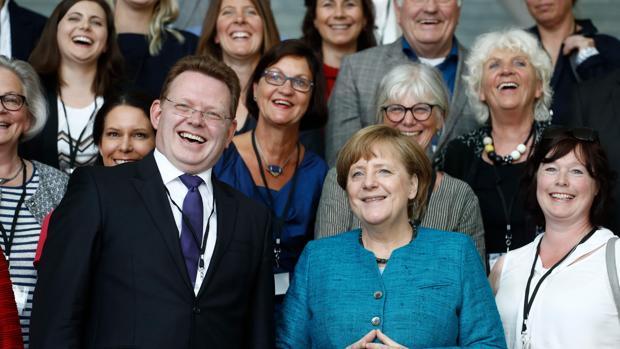 Apuñalan a un alcalde de Alemania por sus políticas pro refugiados
