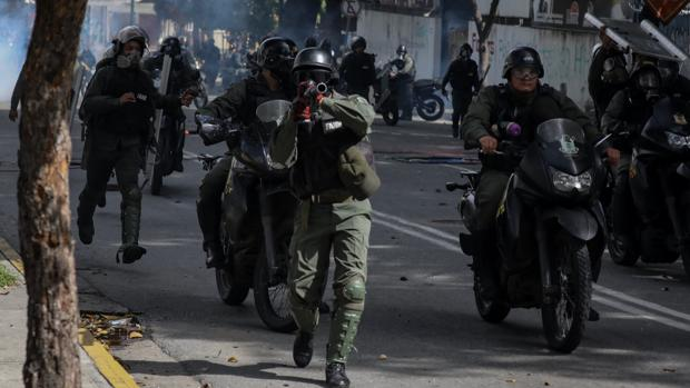 Agentes de las fuerzas de seguridad bolivarianas, durante una protesta el pasado julio