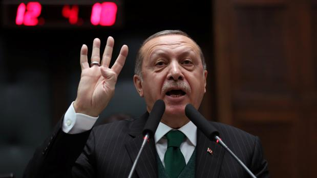 El presidente de Turquía se dirije a los diputados durante una sesión parlamentaria este jueves