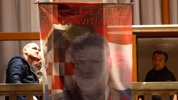 El general bosniocroata Praljak se suicidó ingiriendo cianuro, según la Fiscalía