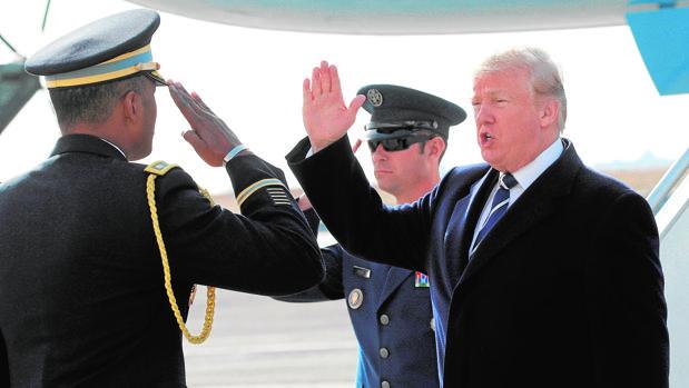 El presidente Trump saluda a su llegada, ayer, al aeropuerto JFK de Nueva York