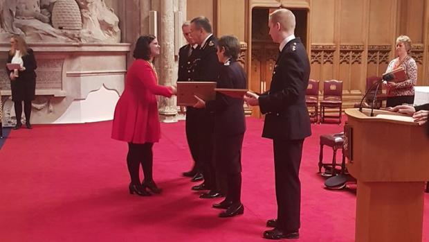 Isabel Echeverría recibe la máxima condecoración de las tres policías británicas, este lunes en Londres