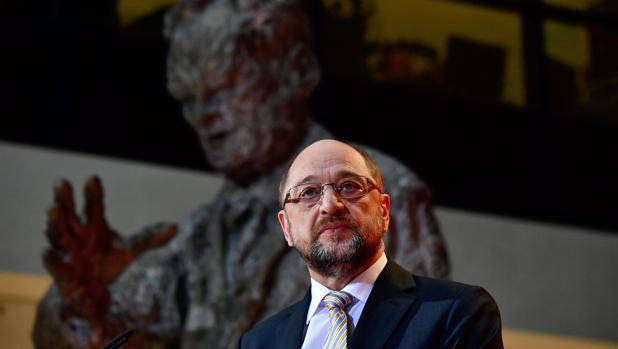 El líder del SPD, Schulz, junto a una estatua de Willy Brandt