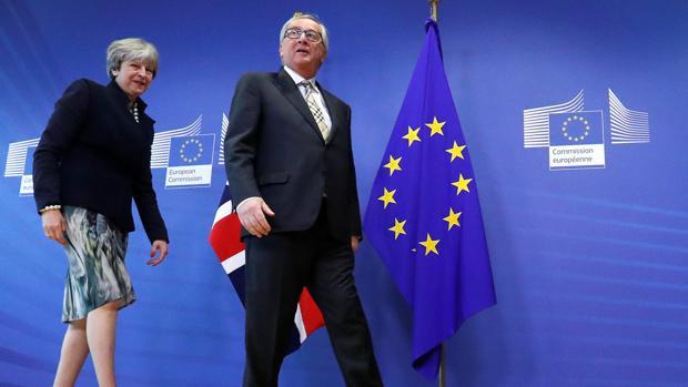 El presidente de la Comisión Europea, Jean-Claude Juncker, da la bienvenida a la primera ministra británica, Theresa May, en la sede de la CE en Bruselas