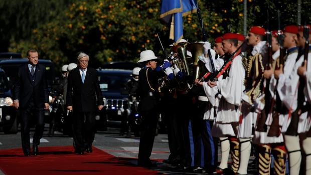 El presidente Prokopis Pavlopoulos acompaña a su homólogo turco, Recep Tayyip Erdogan, a su llegada hoy a Atenas