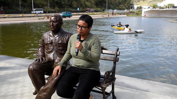 La candidata oficialista Erika Farias, junto a una estatua de Hugo Chávez