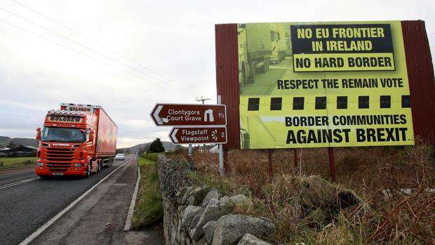 Vehículos cruzan la frontera entre las dos Irlandas junto a una valla en contra de una «frontera dura»