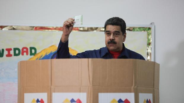 El presidente venezolano, Nicolás Maduro, deposita su voto en los comicios de este domingo
