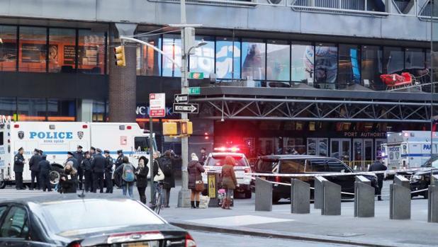 Vehículos de la policía a la entrada de la terminal de autobuses de la Autoridad del Puerto en Nueva York