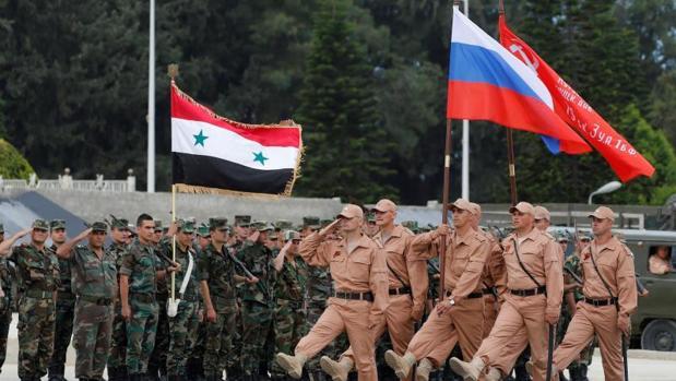 Soldados rusos en la base aérea de Hmeimym (Siria)
