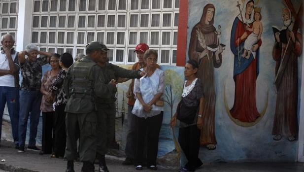 Un grupo de venezolanos hace fila para participar en las elecciones municipales del pasado domingo en Maracaibo