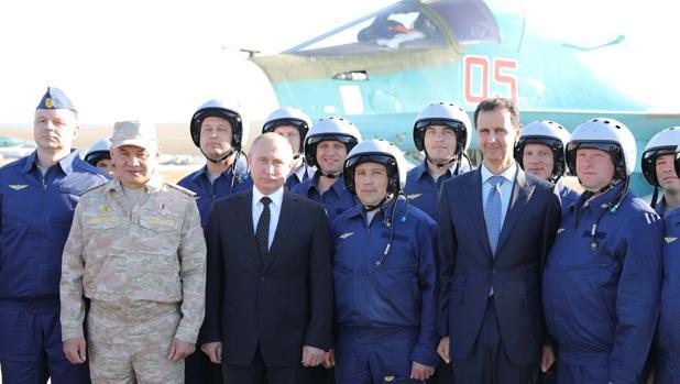 Putin y Assad posan con militares en la base aérea de Hmeimim, en Siria