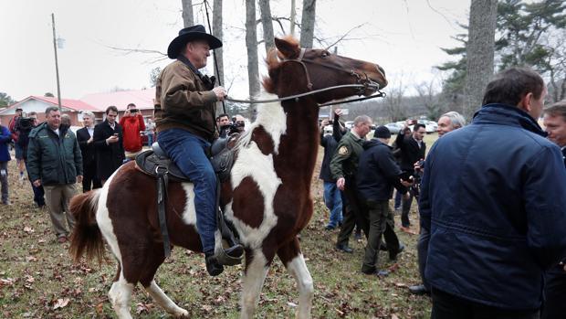 Roy Moore llega para votar a lomos de su caballo en Gallant (Alabama)