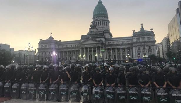 Antidisturbios frente al Parlamento argentino