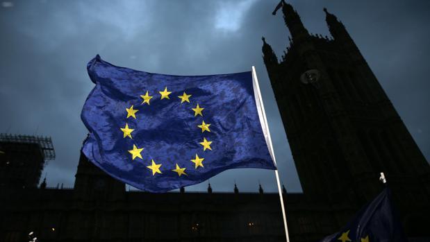 Theresa May viaja a Bruselas tras su humillante derrota en el Parlamento