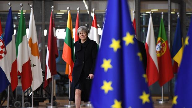 La UE cierra en falso la primera fase del Brexit para dar un respiro a May