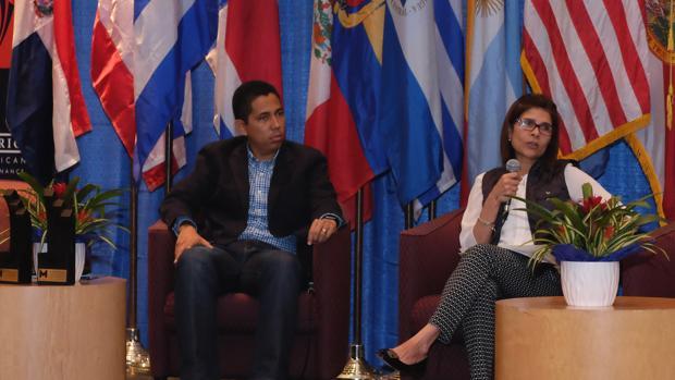 Hilda Hernández, fotografiada en febrero de 2016 junto al entonces ministro de la Presidencia de Honduras, Reinaldo Sánchez
