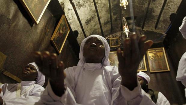 Peregrinos nigerianos rezan en la gruta de la Iglesia de la Natividad, en Belén