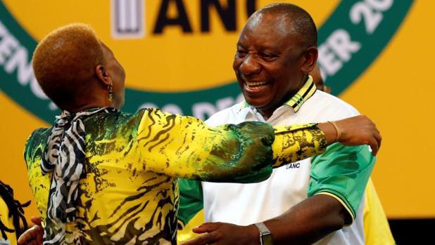 Cyril Ramaphosa saluda a una integrante del Congreso Nacional Africano, durante la conferencia del partido, este lunes en Johannesburgo