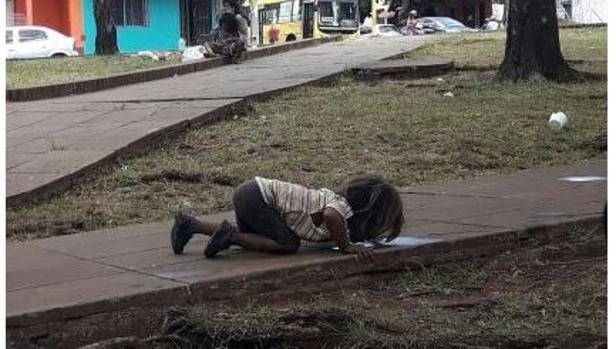 La Foto De Un Niño Guaraní Bebiendo Agua De Un Charco