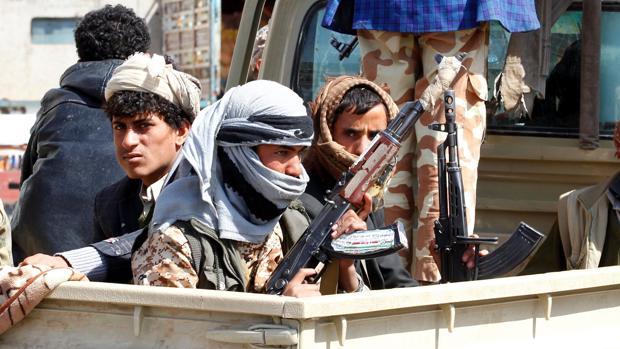 Fotografía de archivo del 4 de diciembre de 2017 que muestra a rebeldes hutíes mientra viajan en un vehículo durante enfrentamientos con fuerzas leales al expresidente yemení Ali Abdalá Saleh en Saná (Yemen)