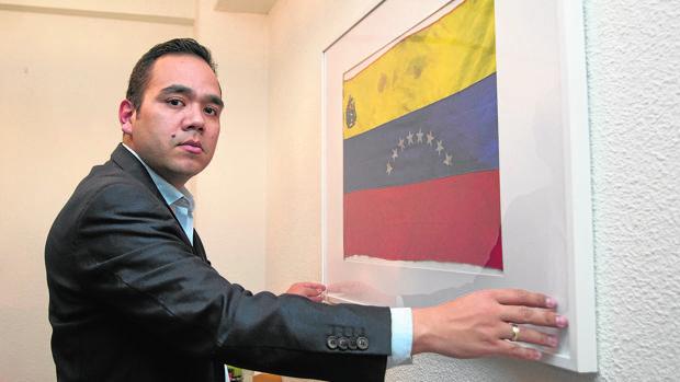 Carlos Moreno, frente a la bandera venezolana con restos de la sangre de su hermano Paúl