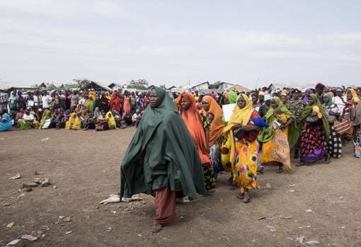 Los refugiados hacen cola para recibir productos de higiene