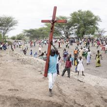 Numerosos refugiados regresan a sus casas, en el asentamiento de Kalobeye, después de la misa oficiada por el jesuita padre Francoise