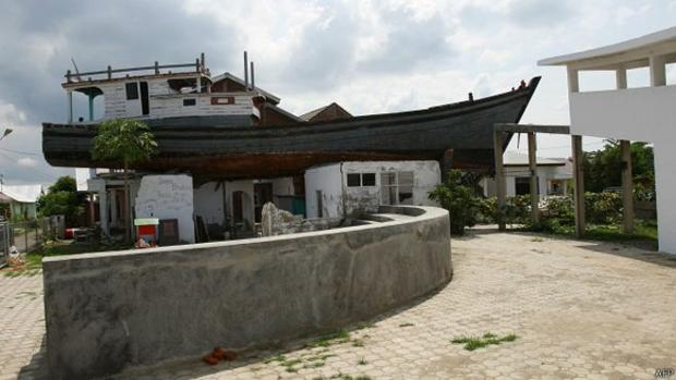 Un barco que sirvió para rescatar a 59 personas sigue en un tejado tras 13 años del tsunami del Índico
