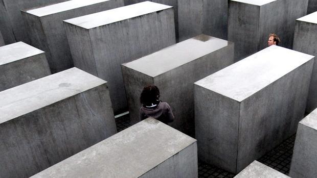 El líder del AfD que «insultó» al memorial del Holocausto es acosado por una réplica del monumento