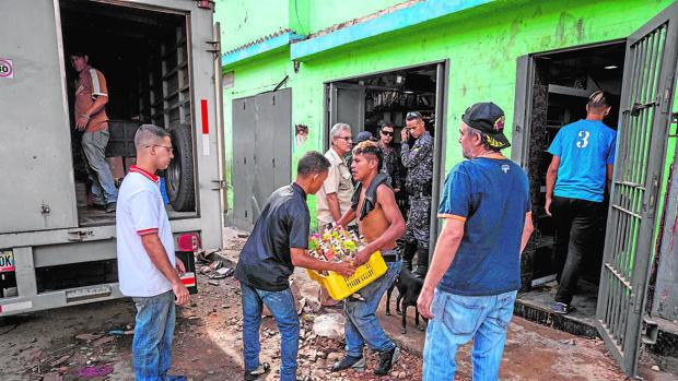 Militares vigilan la llegada de suministros en Caracas
