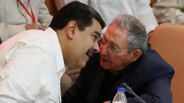 Raúl Castro y Nicolás Maduro comparten confidencias durante el 13 aniversario de la creación del ALBA (Alianza Bolivariana para los Pueblos de Nuestra América), el pasado14 de diciembre en La Habana