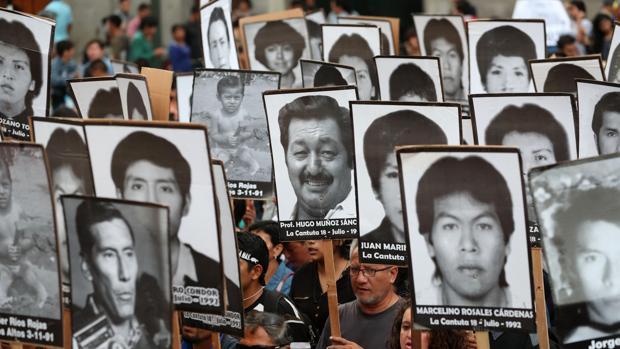 Miles de peruanos marchan por el casco histórico de Lima para protestar contra el indulto concedido al expresidente Alberto Fujimori