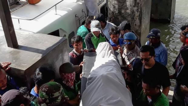 Al menos ocho muertos y trece desaparecidos tras el naufragio de un barco en Indonesia